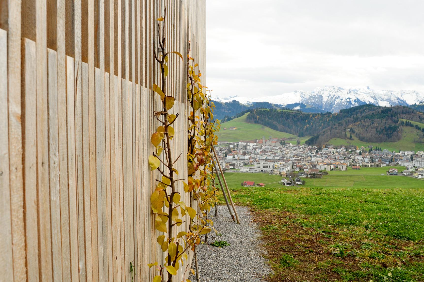 Schulhausfassade auf dem Katzenstrick mit Blick nach Einsiedeln im Kanton Schwyz