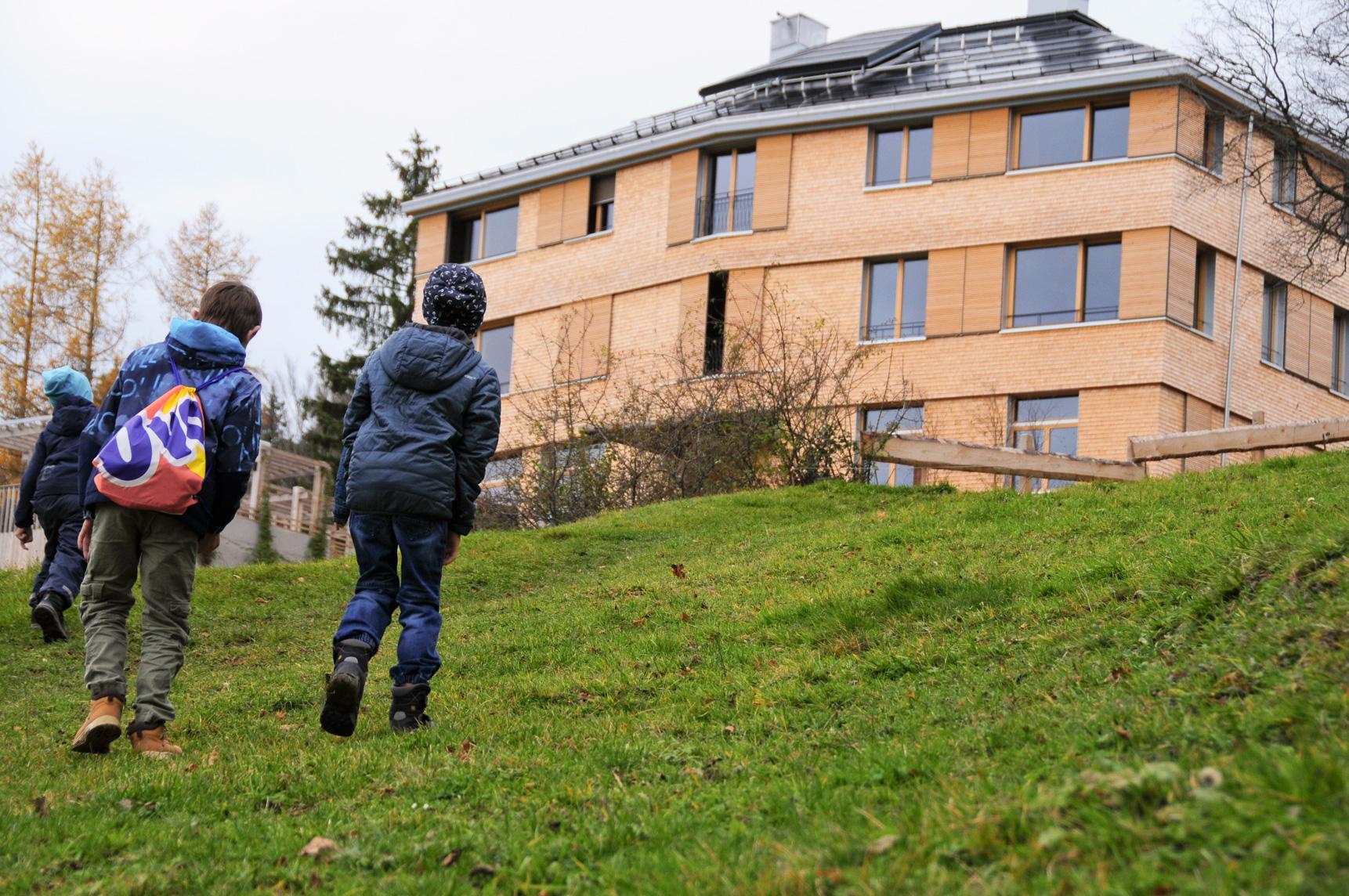 Kinder vor der Schule auf dem Katzenstrick