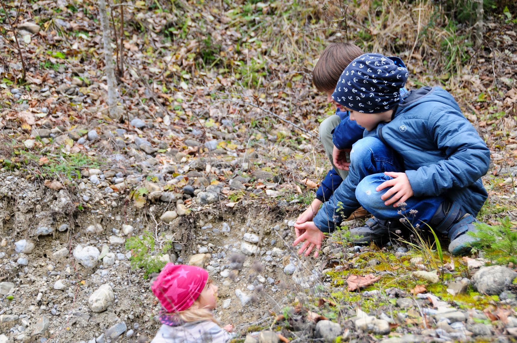 glückliche Kinder helfen einander